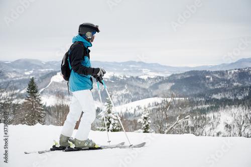 Foto Man skier looking at beautiful snowy mountains at ski resort