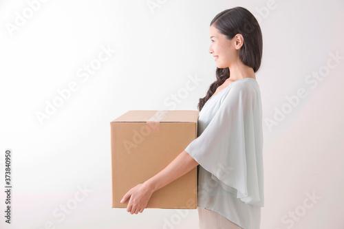 荷物を持つ女性