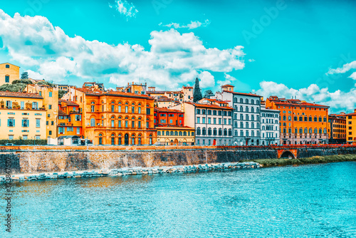 Obraz na plátně Beautiful landscape view bank of the Arno River of the Florence - the center of the Florentine Republic, the capital of the dukes of the Medici and the Italian kingdom