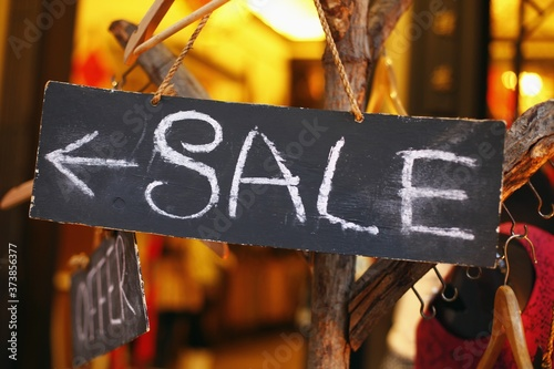 Foto Sale sign inside a clothing store