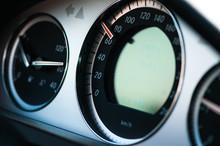Cuadro De Mandos E Indicadores De Un Coche De Alta Gama. Velocímetro, Capacidad Del Depósito De Combustible, Temperatura Del Aceite, Control De Velocidad De Crucero, Cuentakilómetros Y Cambio Auto