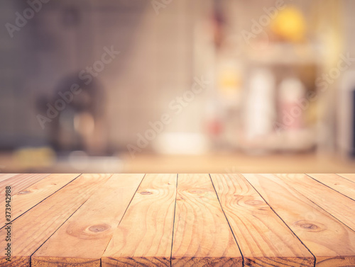 Foto Wood texture table top (counter bar) with blur light gold bokeh in cafe,restaura