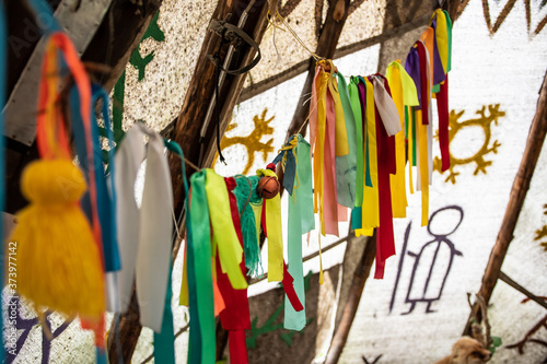 Foto wigwam decorated with multi-colored ribbons and tassels inside