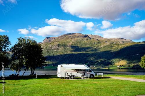 Foto Sehr schöner Campingplatz in Norwegen mit Wohnmobile an einem Berg See mit Berge