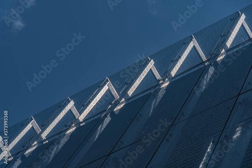 Foto Blauer Himmel und gezacktes Bauwerk aus Glas und Stein