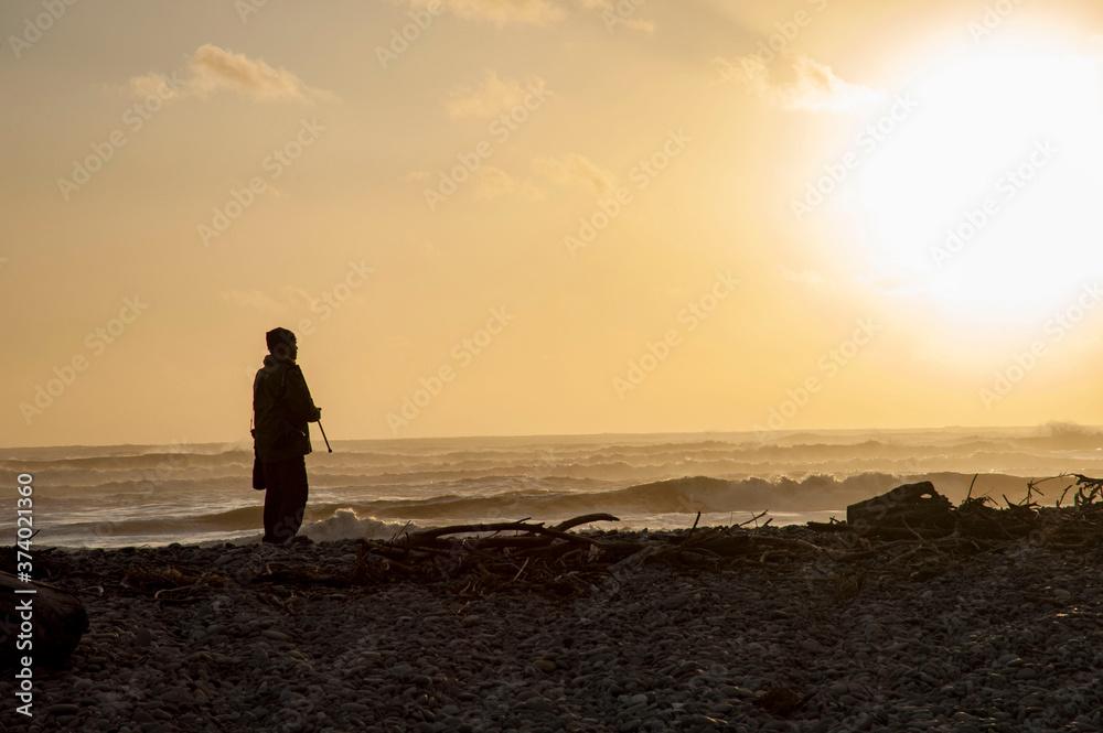Fototapeta ニュージーランド、南島、ポイントエリザベスの夕景と黄昏ているひとりきりのカメラマン