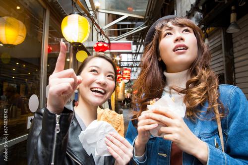 Fotografie, Tablou 食べ歩きをする女性
