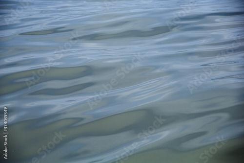 Obraz na plátně Bella textura de las ondas del mar en medio del océano pacífico.