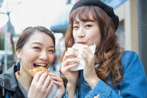 たい焼きを食べる女性 Fototapet