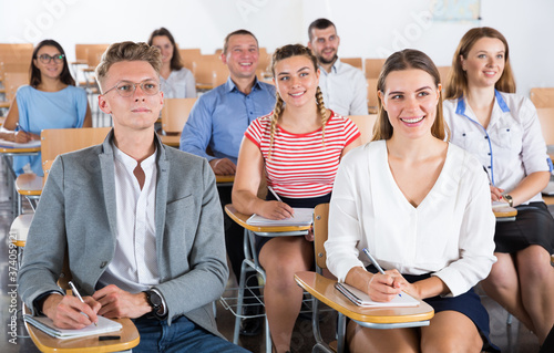 Photo Portrait of group of different age people in lecture hall at extension courses