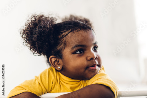 Photo Portrait of happy smiling little child african american girl at home