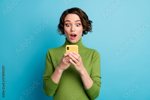 Fényképezés Portrait of astonished blogger girl use smartphone read incredible social networ