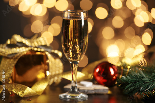 Fotografía selective focus of glasses full of champagne against christmas lights