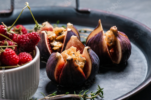 Figs with soft cheese and nuts drizzled with honey Tableau sur Toile