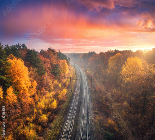 Foto Aerial view of beautiful railroad in autumn forest in foggy sunrise