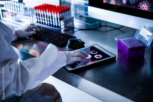 Obraz na plátně ウィルスをモニタリングするワクチン開発者