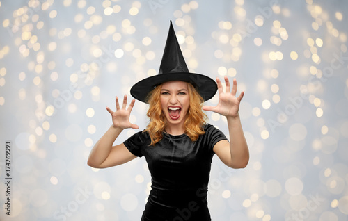 Foto holiday, theme party and black magic concept - scary woman in halloween costume