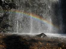 Chute D'eau Avec Un Arc En Ciel