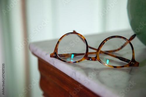 Stampa su Tela lunettes posées sur table de chevet