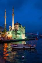 Vista Nocturna De La Mezquita De Ortakoy En Estambul, Turquía