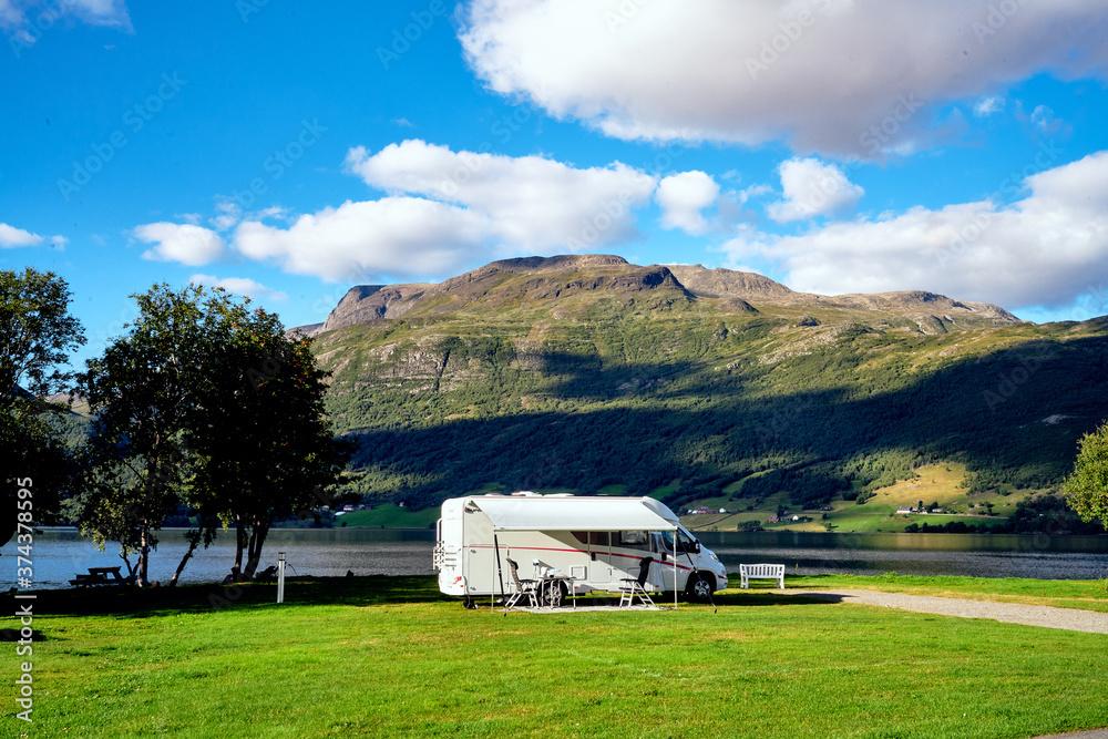 Camping Urlaub in Norwegen am See Fjord mit Wohnmobile und Wohnwagen