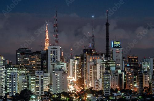 Vista da Avenida Paulista ao anoitecer Fotobehang