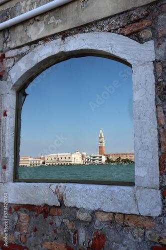 Fotografie, Obraz Spiegelbild von Venedig in einem Fenster: Campanile und Dogenpalast am Markuspla