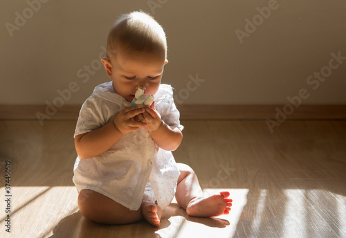 Photo A cute little boy playing around the house Happy baby with a doll in his hands