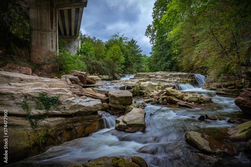 cascada en un rio de montaña Fototapet