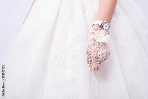 Niña celebrando su comunión con guantes y vestido blanco Fototapet