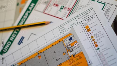 Fotografie, Obraz Flucht- und Rettungsplan mit Bleistift