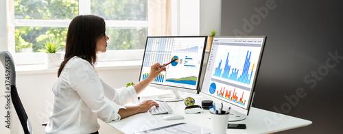 Canvastavla Analyst Women Looking At KPI Data