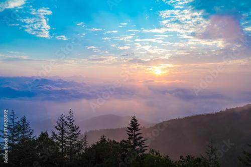 Fototapeta 美ヶ原高原の朝焼けと雲海、そして青い空