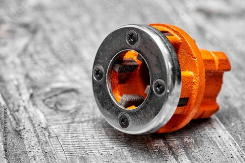 Foto die stock and die professional tool for cutting threads on pipes, studs and scre