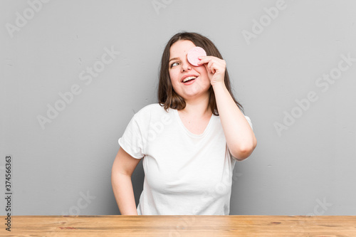 Papel de parede Young caucasian curvy woman holding a facial disk isolated on a grey background