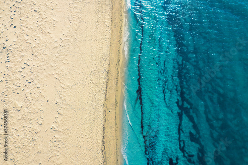 Fotografia azure water and white foam from the waves on the coast of the island