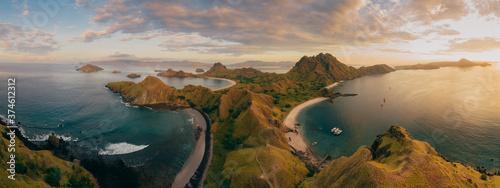 Plakaty do sypialni  padar-island-pink-beach-wild-islands-of-indonesia-flores-tropical-paradise-labuan-bajo