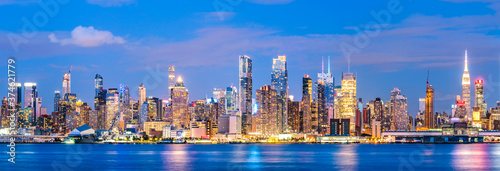 Photo new york,usa, 08-25-17: new york city skyline  at night with reflection in hudson river