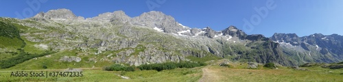 Panoramique : chaine de la montagne alpine  #374672335