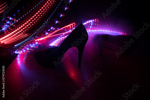 Foto Silhouette of a high heel women shoes at dark