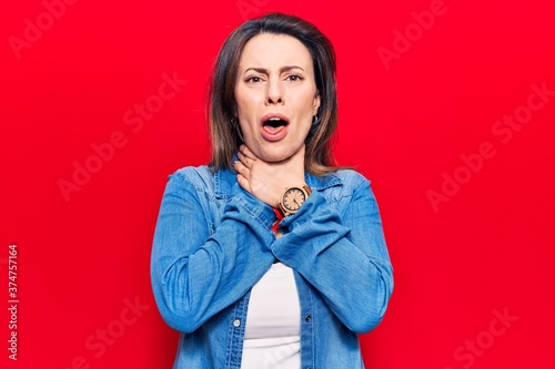 Photo Young beautiful woman wearing casual clothes shouting and suffocate because painful strangle