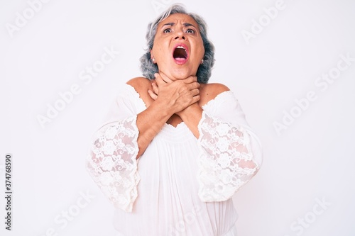 Photo Senior hispanic grey- haired woman wearing casual clothes shouting and suffocate because painful strangle