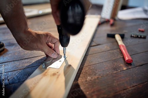 Canvastavla Carpenter hobbyist assembling wooden boards at home / garage.