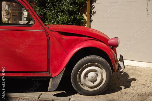 vecchia auto rossa Fotobehang