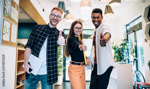 Fotografia Overjoyed multiethnic young team of students having fun in college