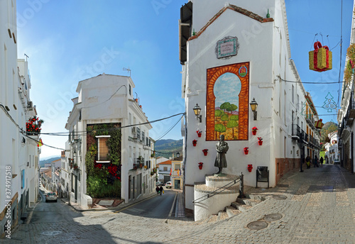 Fotografía Alora, Andalucia, Spain: narrow alleys in a hillside white village, with christm