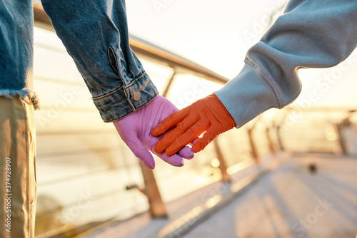 Photo Close up of hands of lesbian couple