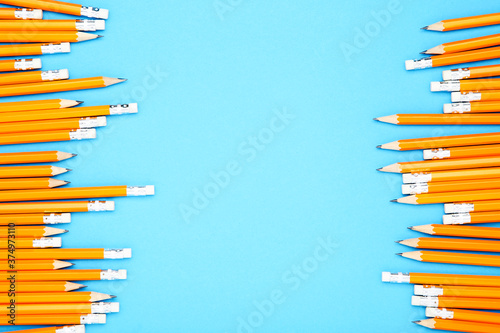 Photo Yellow pencils on blue background