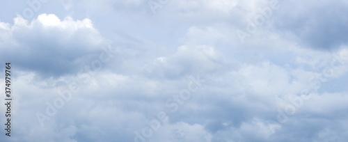 Obraz na plátně Dunkle bedrohliche Gewitterwolken und Regenwolken am Himmel