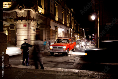 Fotomural Busy street at night time controlled by a police man
